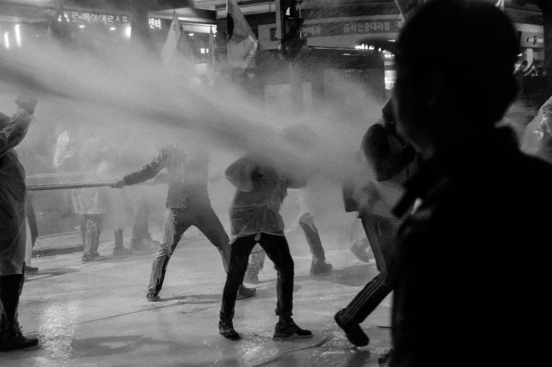 물대포를 맞는 시민들 2015년 11월 14일 민중총궐기 당시, 차벽을 당기던 시민들이 경찰이 쏜 물대포를 맞고 있다.
