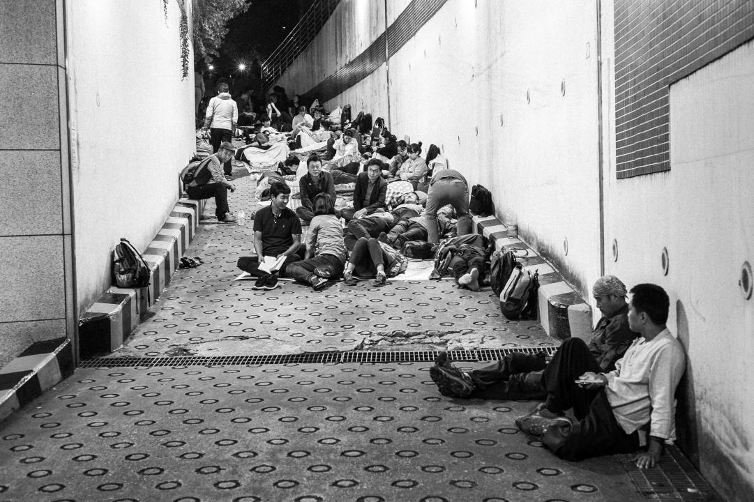 안치실로 가는 길을 막고 있는 시민들 2016년 9월 26일 새벽, 시민들이 경찰이 안치실로 진입하는 것을 막기 위해 진입로에 앉아 있다.