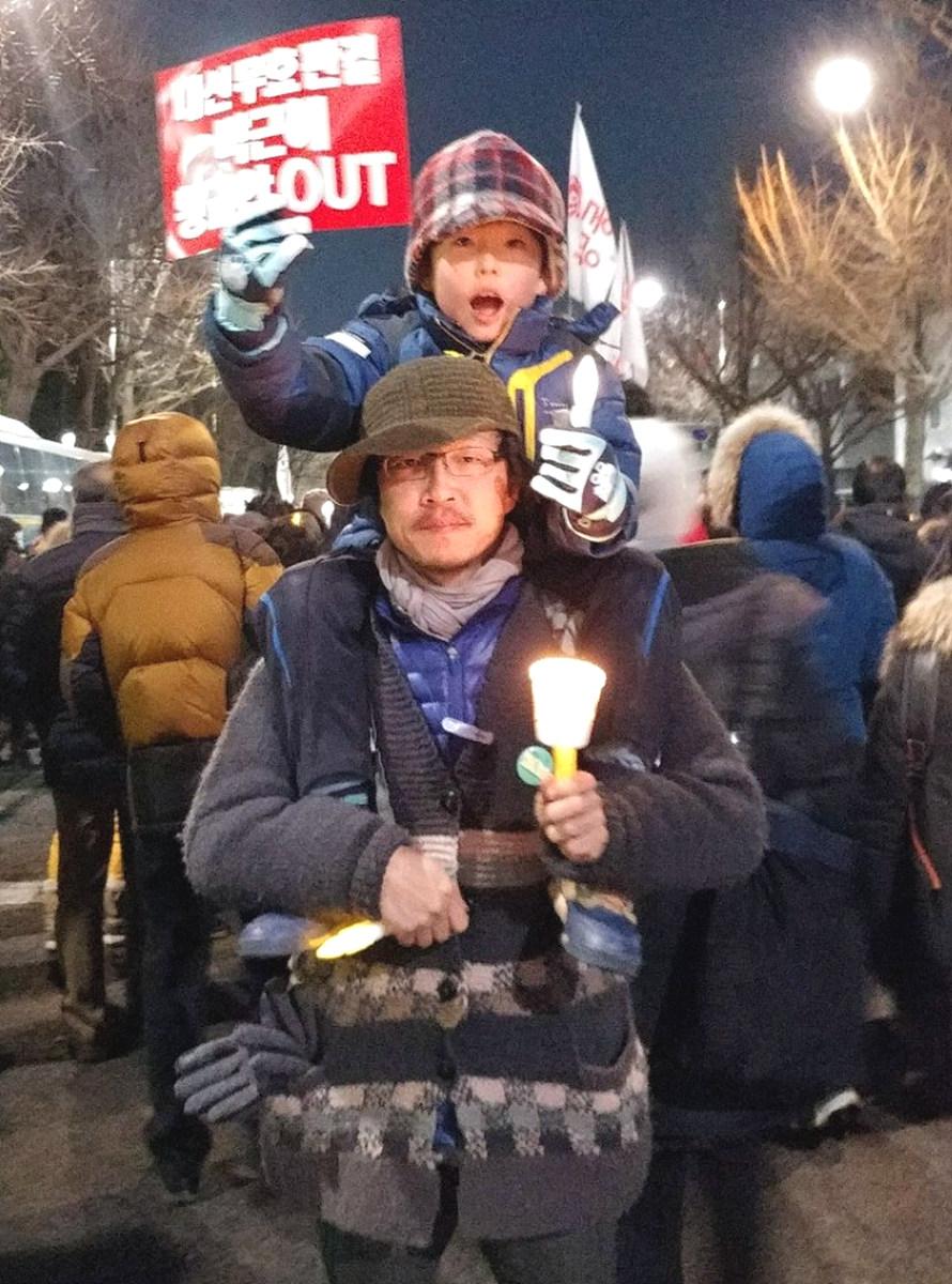 10살 아들과 함께 한 촛불시민혁명 촛불혁명의 현장에 아들 한결이와 함께 참여하여 광화문광장에서 청와대 앞까지 행진하며 역사의 현장에서 산 교육을 했다.