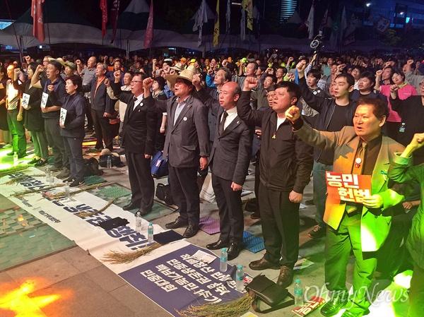 '생명평화일꾼 고 백남기 농민 1주기 추모대회'가 23일 오후 7시 서울 광화문광장에서 열렸다. 추모대회 참석자들이 '임을위한행진곡'을 부르고 있다.