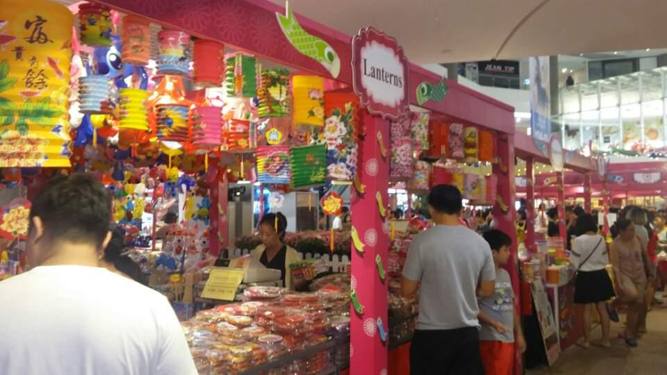 싱가포르 중추절 24일 싱가포르의 한 쇼핑센터에서 중추절을 앞두고 등불을 판매하고 있다.