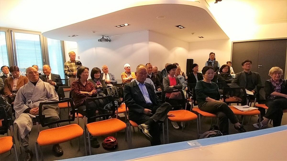 평화마라톤과 풀뿌리 통일운동 강연 한국문화원에 평화마라톤과 풀뿌리 통일운동 강연을 듣기 위해 모인 교포와 독일 시민들