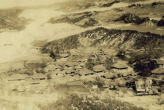 1960년대 자하동 마을 골프장 건설공사로 인해 마을 좌측으로 흰 마사토층이 길게 드러나있다. 마을 앞, 사진 오른쪽 하단에 느티나무가 보인다.