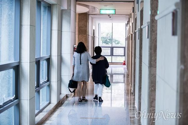 고 윤승주 일병이 봉안돼 있는 국립서울현충원 충혼당을 방문한 뒤, 자리를 떠나는 엄마와 큰 누나.
