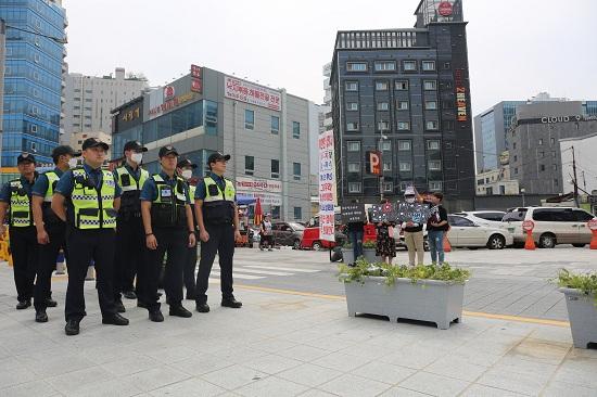 경찰들 뒤로 동성애 반대 피켓을 든 사람들이 보인다. 축제에는 경찰 800여 명이 투입돼 충돌에 대비했으나 큰 불상사는 없었다.