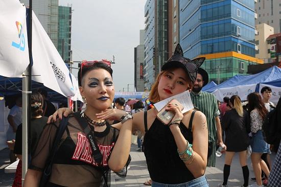 독특한 의상을 입은 축제 참가자들.