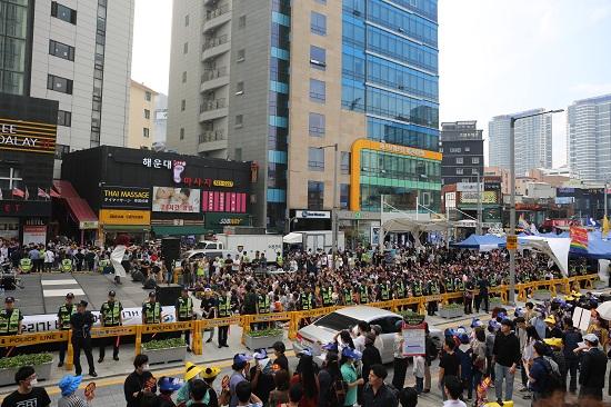 무대 앞을 가득 메운 축제 참가자들. 공연자의 동작 하나하나에 환호성을 질렀다.