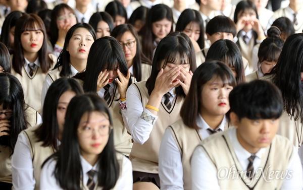 25일 오전 경기도 안산시 단원구 단원고등학교에서 재학생들이 고 조은화, 허다윤 양 어머니의 당부의 말을 들으며 눈물을 흘리고 있다.