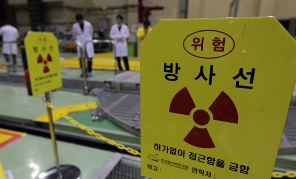 지난 2011년 3월 15일 한국원자력연구원 관계자들이 하나로 가동을 시작하고 원자로 시설을 살피고 있는 모습.