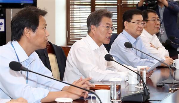 문재인 대통령이 25일 오후 청와대 여민관에서 수석보좌관회의를 주재하고 있다.