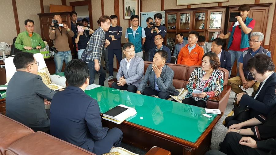 각 단체  대표들이 여수mbc 사장실에 들러 항의면담하는 과정은  공개리에 이뤄졌다.