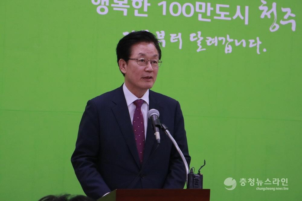 정정순 전 충북도행정부지사가  25일 청주시청 브리핑룸에서 기자회견을 열고 민주당 입당과 청주시장  출마의지를 밝히고 있다.