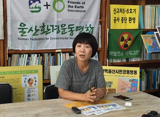 """""""울산 시민 120만 명 중 100만 명이 '방사선비상계획구역'에 사는데 원전을 더 짓겠다고 하는 것을 용납할 수 없다""""고 말하는 용석록 국장."""