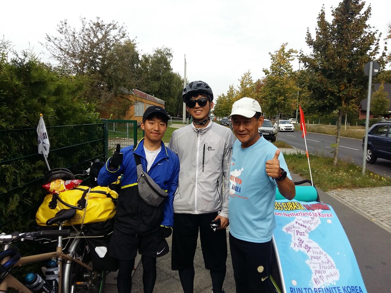 자전거로 세계여행 둥인 청년들과 베를린에서 출발하여 체코로 향하던 중 지나쳐가던 자전거 여행 청년들을 불러 같이 기념사진을 찍다.