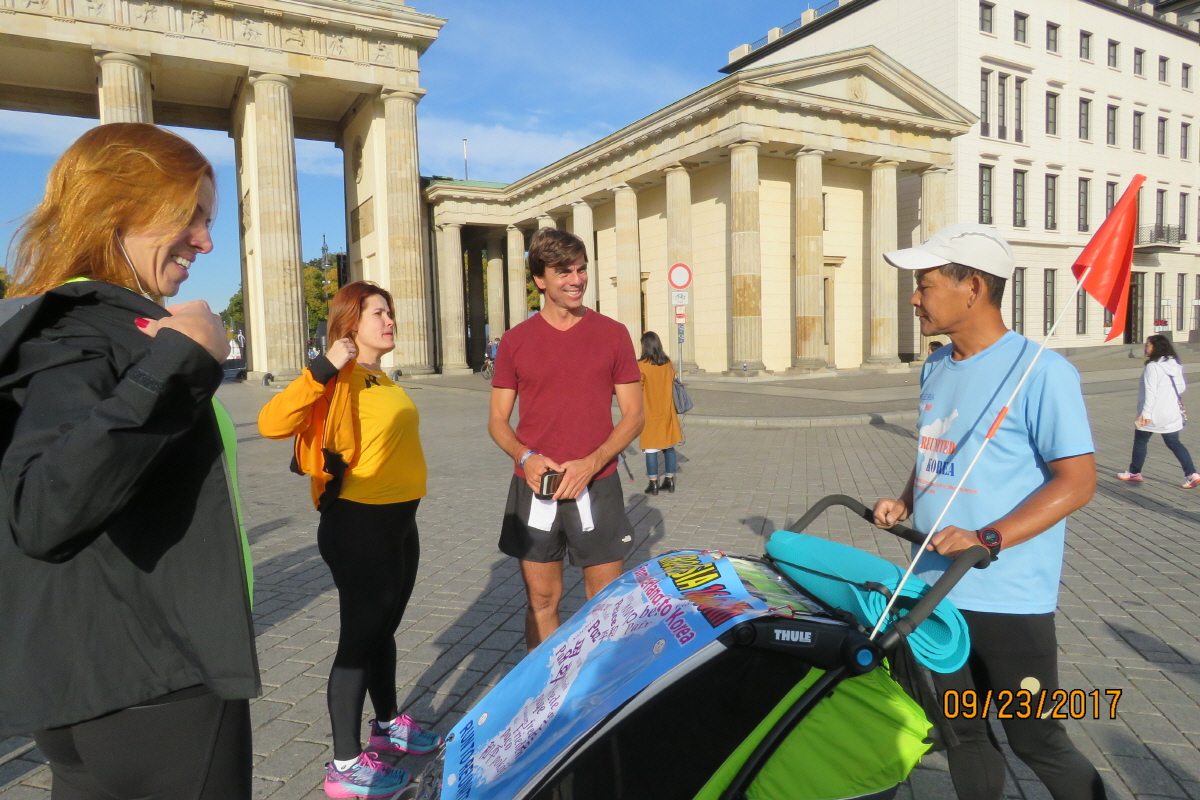 베를린 마라톤 참가자들과 함께 베를린 마라톤 참가자들에게 나의 평화마라톤 홍보를 하고 있다.