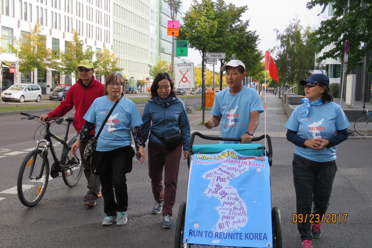 베를린 시내에서 평화의 행진 함께 베를린 시내에서 5km 정도 평화의 행진을 하다.