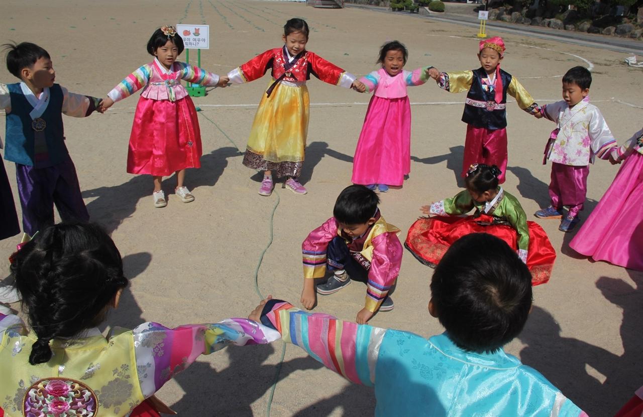 전통놀이 즐기는 서천초 병설유치원 원아들