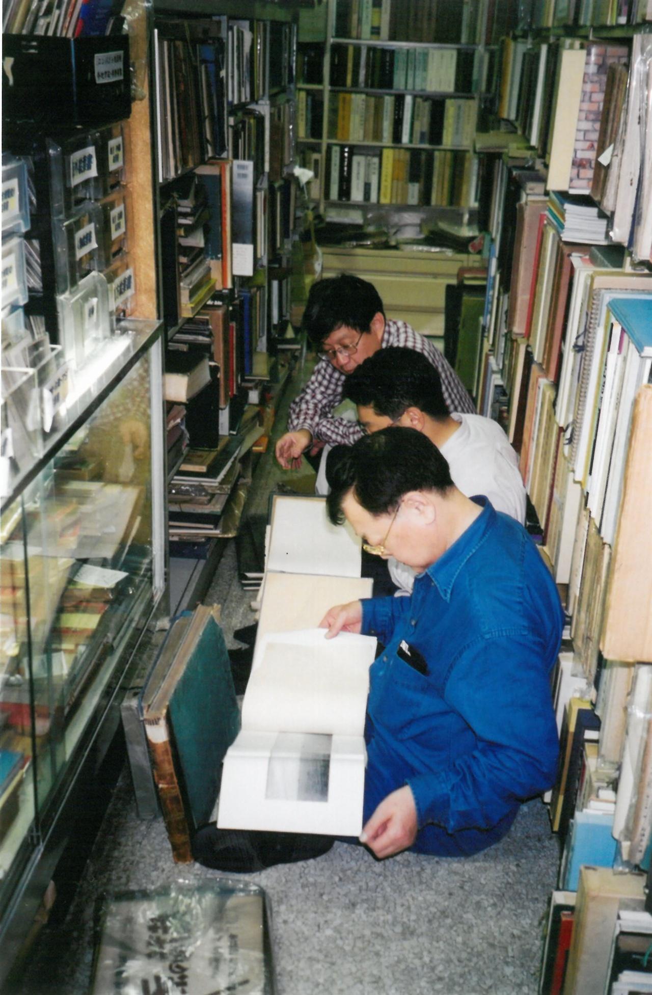 일본 고서점에서 한국 독도 관련 자료를 찾고 있는 3인의 한국인 학자(맨 앞에서부터 백충현 서울대 교수, 김덕주 국립외교원 교수, 이태진 서울대 교수).