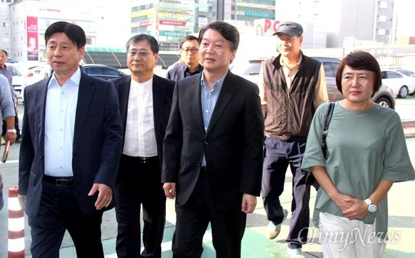 안철수 국민의당 대표는 26일 오후 창원 상남시장을 찾아 상인회와 간담회를 가졌다.