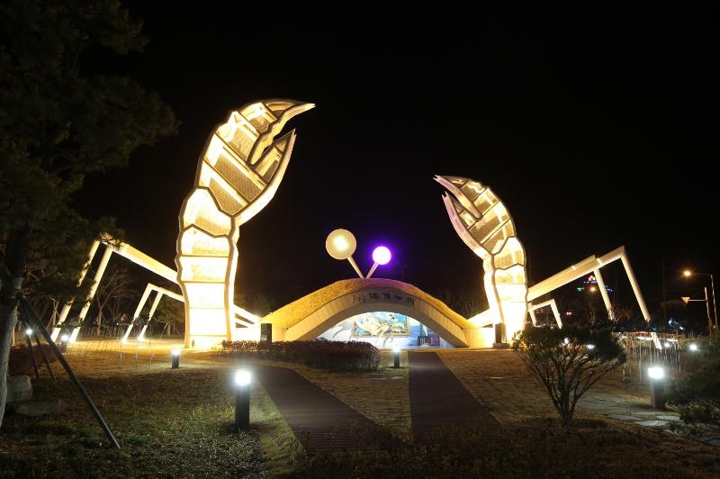 영덕대게를 형상화한 커다란 모형이 설치된 대게누리공원.