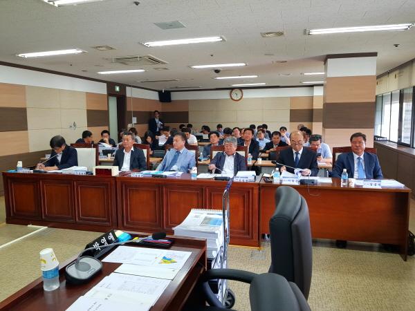 인천시의회 조사특위원들이 입장하기 앞서 증인들이 참석해 대기하고 있다. ⓒ이연수 기자
