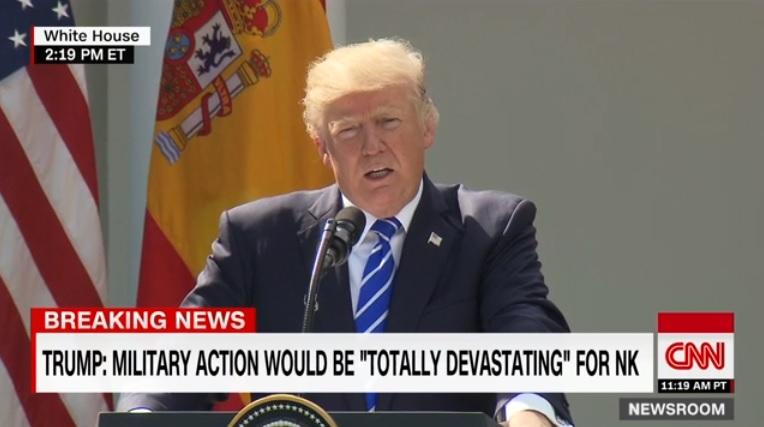 도널드 트럼프 미국 대통령의 기자회견을 보도하는 CNN 뉴스 갈무리.