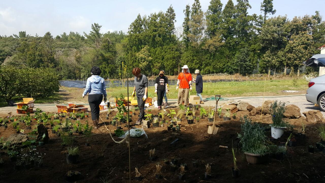 정원공부모임의 실습현장 농업은 다양한 분야에서의 접목이 가능하며 향후 경관농업이 더 중요해 질것이다.