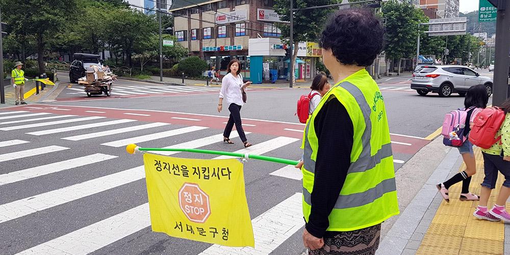9월 6일 오전 서울가재울초 정문 앞 횡단보도에서 교통지도를 하고 있는 어르신.