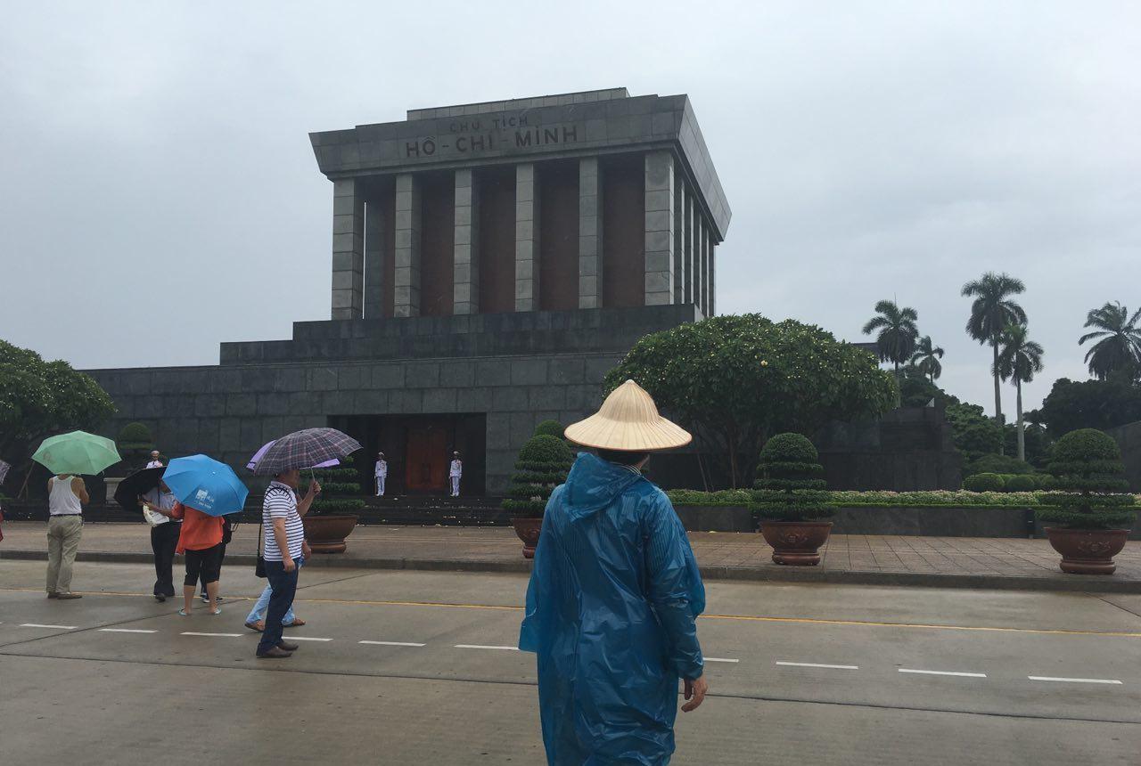 지난 9월 15일 베트남 여행 중 하노이 바딘 광장의 호치민 묘 앞에서.