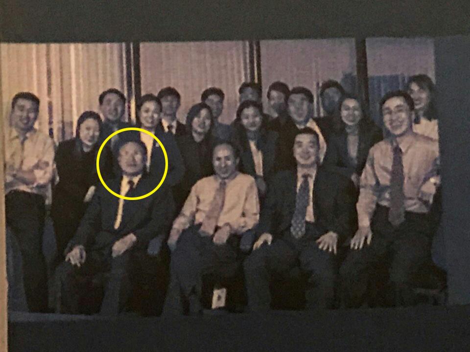 "BBK 사건의 김경준씨가 27일 오후 자신의 SNS에 ""BBK 직원들""이라면서 올린 사진. 앞줄 왼쪽부터 김백준씨(동그라미 표시), 이명박 전 대통령 그리고 김경준씨."