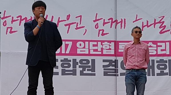연대사 나란히 무대로 나와 연대사를 한 오태훈 KBS 아나운서(우)와 김민식 MBC PD이다.