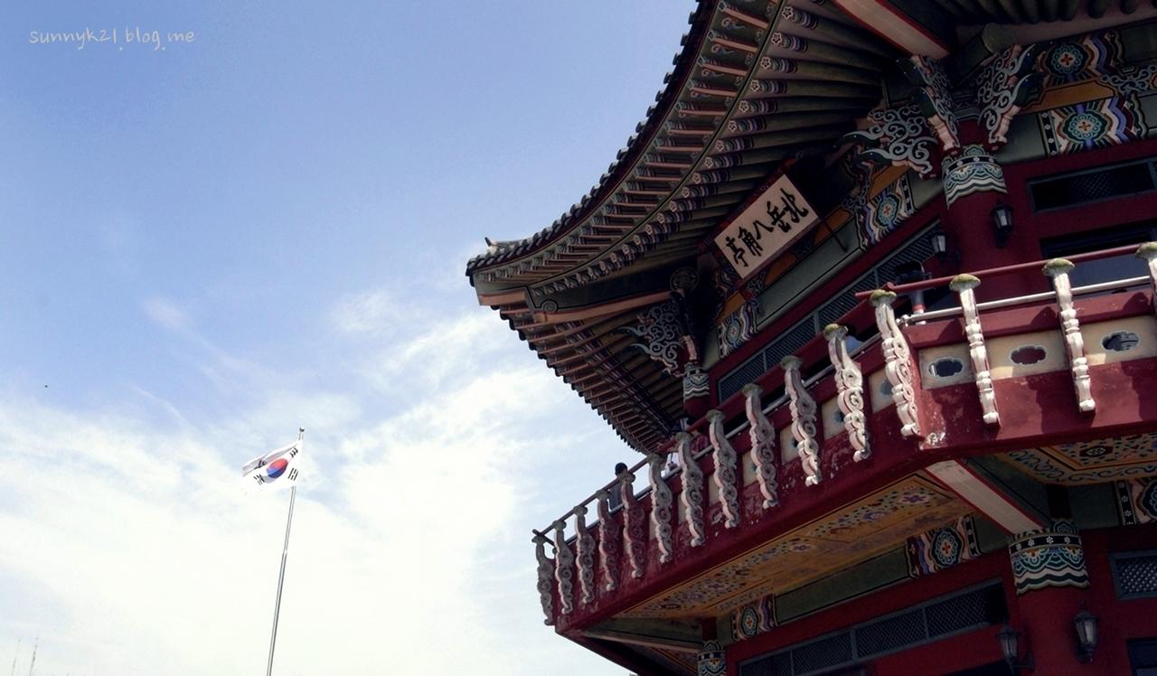 북악산의 좋은 전망대이자 쉼터 팔각정.