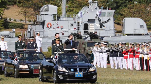 문재인 대통령이 28일 오전 경기도 평택 해군 2함대에서 열린 건군 69주년 국군의날 기념식에서 송영무 국방장관과 함께 사열하고 있다.