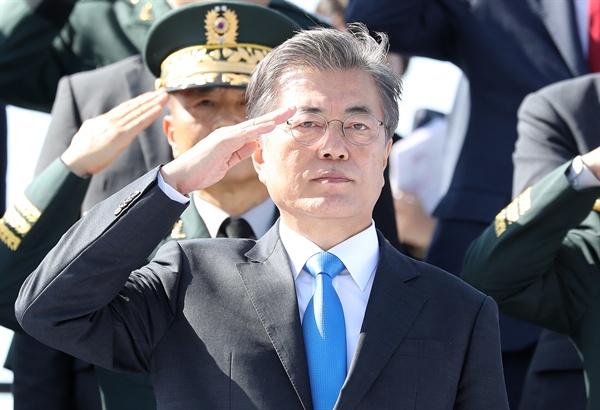 문재인 대통령이 28일 오전 경기도 평택 해군 2함대에서 열린 건군 69주년 국군의날 기념식에서 경례를 받고 있다.