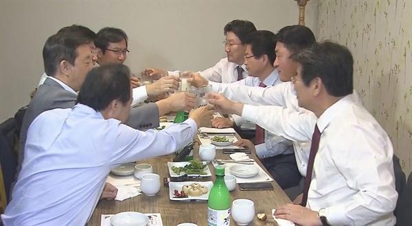 자유한국당 이철우 의원과 바른정당 김영우 의원 등 양당 중진 의원들이 27일 오후 서울 여의도의 한 식당에서 만찬회동을 하고 있다. 양당 3선 의원들은 이날 모임에서 보수우파 통합추진위원회'를 만들기로 했다.