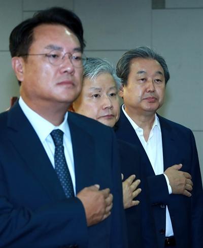 자유한국당 정진석 의원(왼쪽)과 바른정당 김무성 의원 등이 지난 27일 오전 국회 의원회관에서 열린 '열린토론, 미래' 정례 토론회에 참석해 국기에 대한 경례를 하고 있다.
