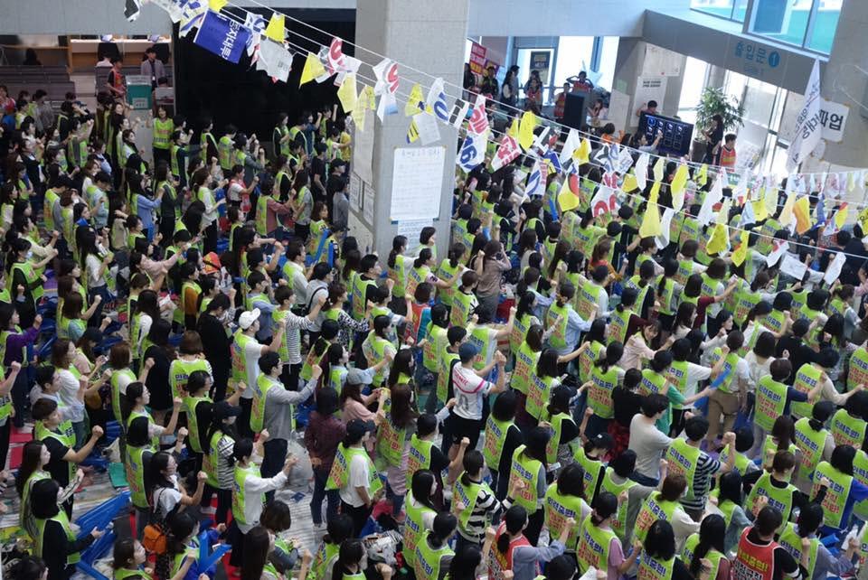 울산지역 최대병원인 울산대병원의 노조가 파업 14일째인 9월 27일 병원본관 로비에서 집회를 열고 있다
