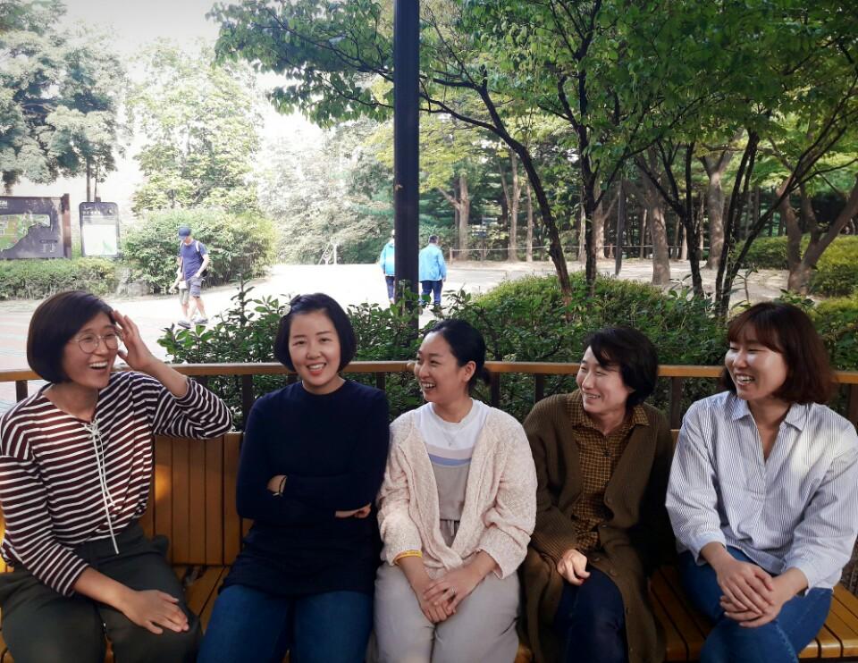 (왼쪽부터) 조성실 공동대표, 강미정, 성지은, 김정덕, 정주은 씨. 이고은 공동대표는 우는 아이를 보느라 촬영에 함께하지 못했다.