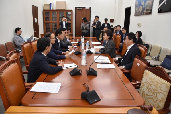제3연륙교 박남춘 시당위원장을 비롯한 더불어민주당 인천지역 국회의원들은 지난 27일, 김현미 국토교통부 장관을 만나 '제3연륙교 즉시 착공을 위한 해결 방안'에 대해 협의했다.
