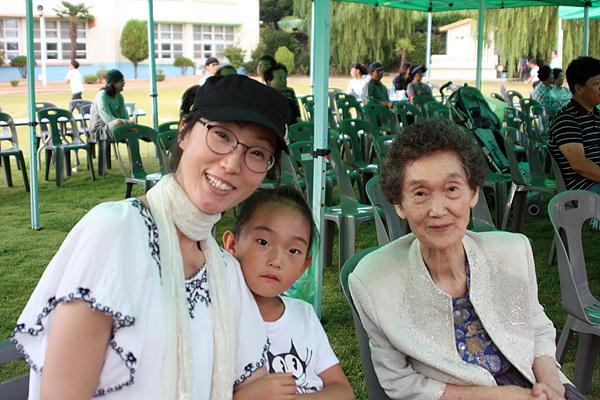 """3대가 참여한 경호초등학교 학예회 모습. 김형우(1년) 학생의 엄마 홍현정씨는 '배고픈 애벌레' 공연을 연출했다. 형우 할머니(83세)는 외손주의 공연을 보고 """"말할 수 없이 좋죠!""""라고 흐뭇해 했다."""