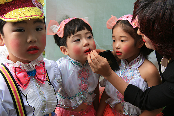 공연에 나가기 위해 화장을 하고 있는 유치원생들