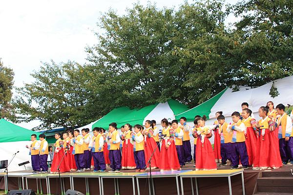 전교생이 한복을 입고 국악을 공연하고 있다