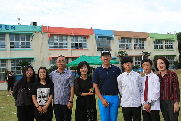 후배들의 학예회를  구경하기 위해 학교에 들른 졸업생들과 기념촬영했다. 신제성 교장(왼쪽에서 세번째) 양미승 교감(왼쪽에서 네번째) 중등부 골프 유망주 이우현군(왼쪽에서 다섯번째), 박해진 행정실장(맨 오른쪽)