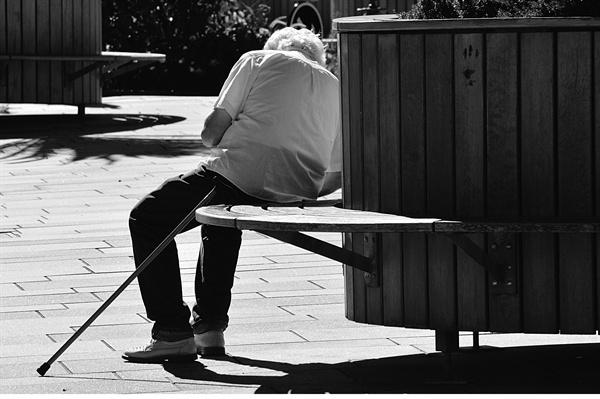 자력이 없는 치매 독거노인의 경우, 이에 관한 별도의 규정이 없어 문제다.