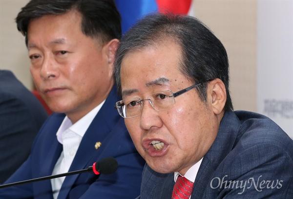 자유한국당 홍준표 대표가 29일 오전 서울 여의도 당사에서 기자들의 질문에 답하고 있다.