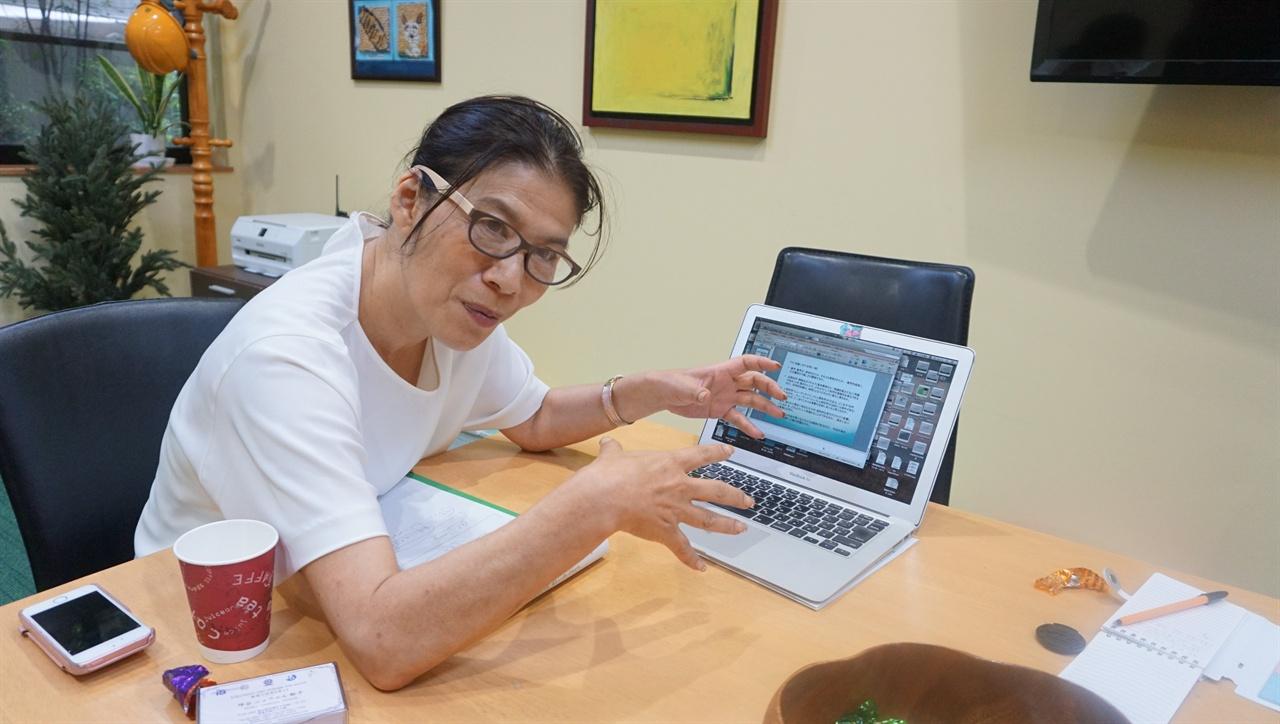 """IB 논술형 교육과정으로 공부한 학생들이 더 우수"""" 츠보야 대사가 자신의 노트북 화면을 보여 주면서, 세계 명문대에서 IB 교육과정으로 공부한 학생들을 얼마나 선호하는지, 이들이 어떤 학업 성취를 보여 주었는지 직접 수치(데이터)로 표시한 그래프를 공개했다."""