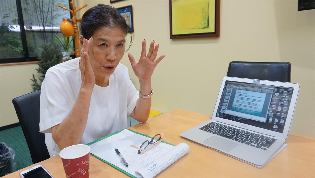 """""""일본이 왜 IB 교육과정을 도입했을까요"""" 츠보야 IB 일본 대사가 """"돈 때문에 교육에서 차별 받아선 안 된다 """"면서 일본이 공교육에 IB 논술형 교육과정을 도입한 배경을 설명하고 있다."""