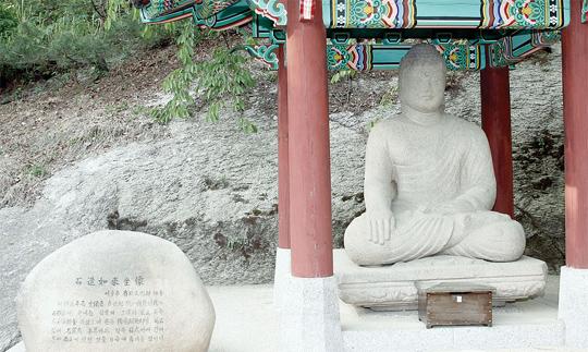 청와대 불상  '미남 부처'라고 별명이 붙은 이 불상은 1913년 경주에서 지금의 서울 남산 밑 총독관저에 옮겨졌다. 1937년 새로운 총독관저가 완성되자 현재의 청와대 자리로 위치를 옮겨졌으며 현재까지 청와대 관내에 남아있다.