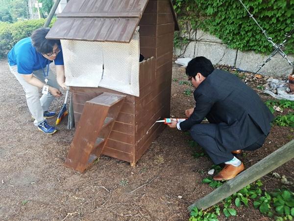 국회 캣대디들이 캣집 보수 공사를 하고 있는 모습.