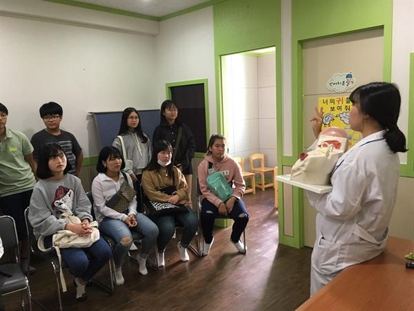부산가톨릭대학교는 중학생을 초청해 과학실험실 체험 행사를 벌였다.